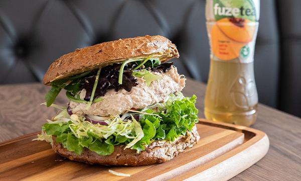 Tunmousse Sandwich på grov bolle med Ice Tea